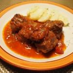 赤ワインで煮込む!牛バラ肉や鶏手羽元を。鍋はストウブで