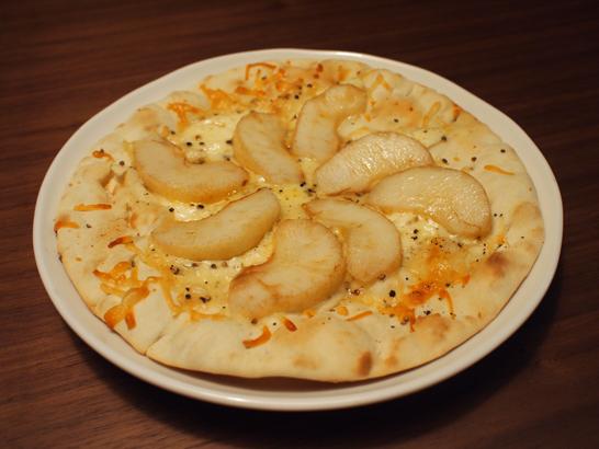 チーズ系のピザに洋梨
