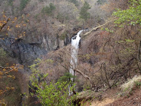 滝の落下を上から見る