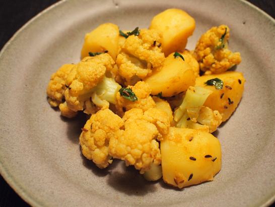 アルーゴビ(ジャガイモとカリフラワーのスパイス炒め)