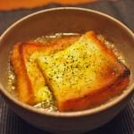 簡単オニオングラタンスープ!オーブン無しで食パン焼いて同時進行を